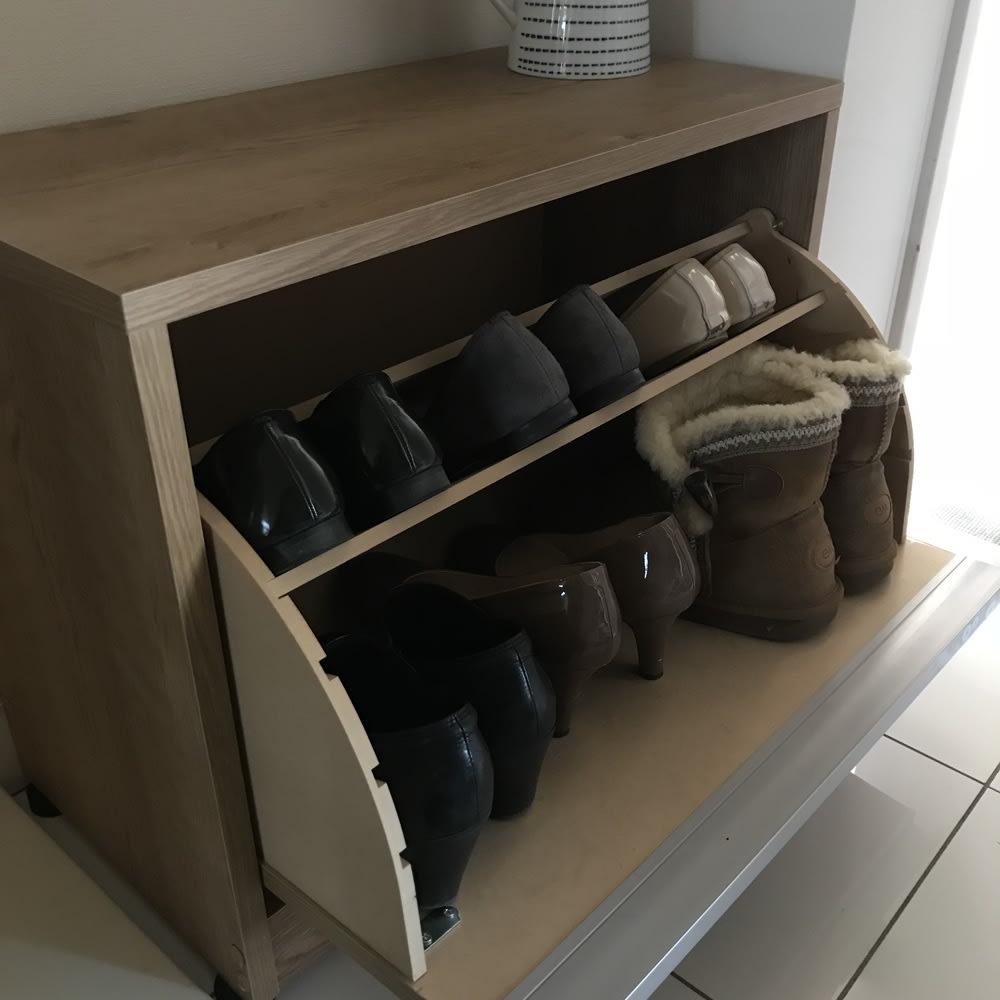 座れるシューズ収納ベンチ 幅60cm 実例:棚板1枚にすると、冬用のショートブーツやハイヒールがすっぽり!