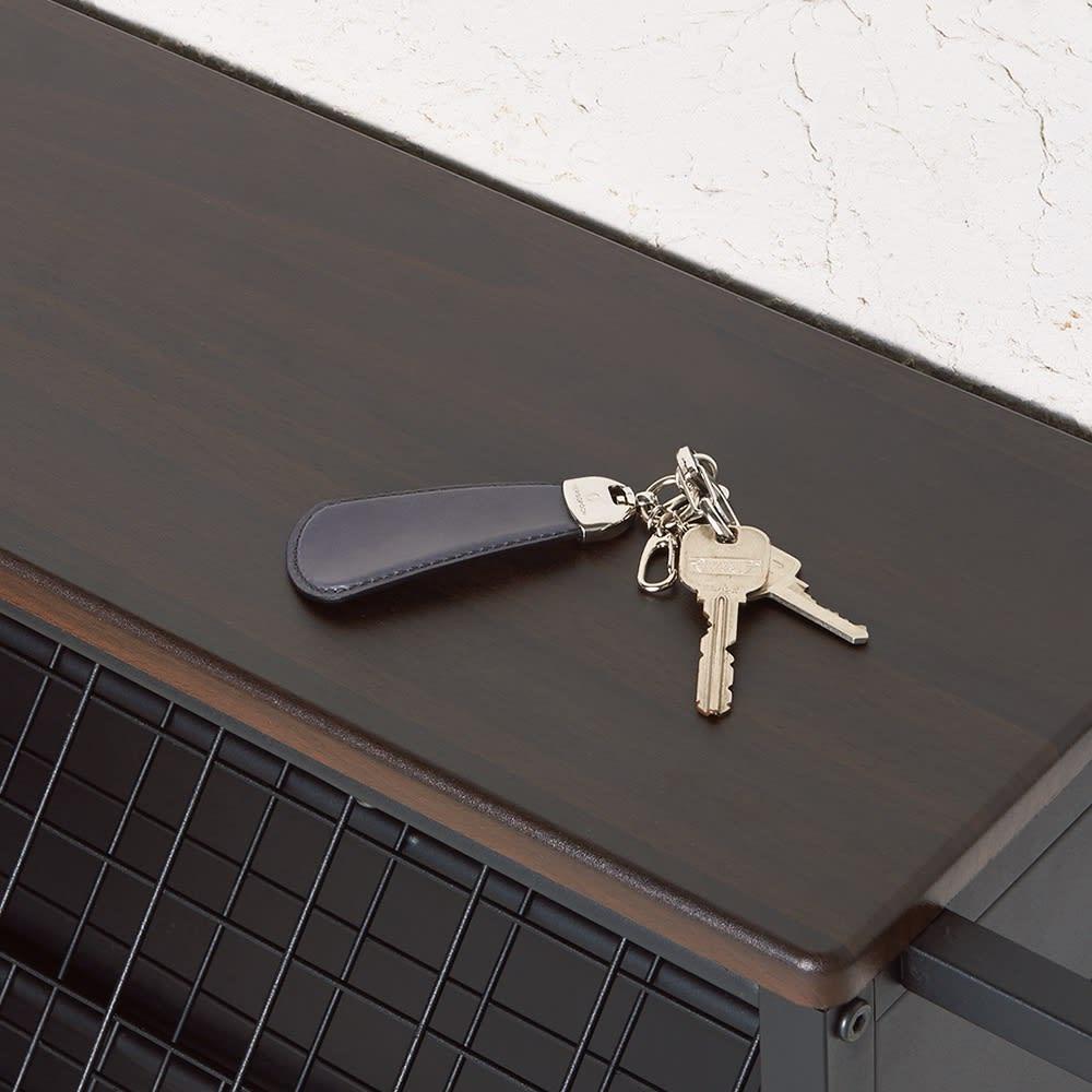 ひっくり返して隠せるシューズラック 2段 天板はちょい置きにも便利。