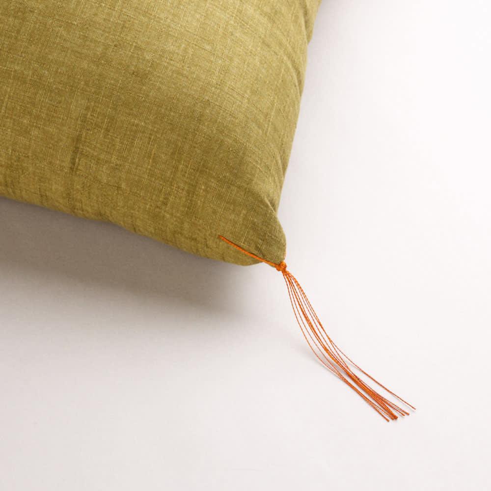 洛中高岡屋 京座布団 京座布団の房は座布団の角のわたをつかむ様に施し、角からわたが抜けにくくしている伝統の技で作られています。また座る人の邪気祓いの意味もあります。