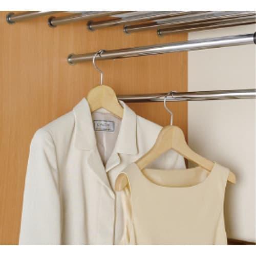 カーテン&木製サイドパネル付き 奥行68cm伸縮頑丈ハンガー 棚付きタイプ・幅117~200cm 上段ハンガーは衣類をたっぷり収納する為にダブル掛けハンガーバーを採用。 洋服の肩が当たらないように、段違いに設置します。