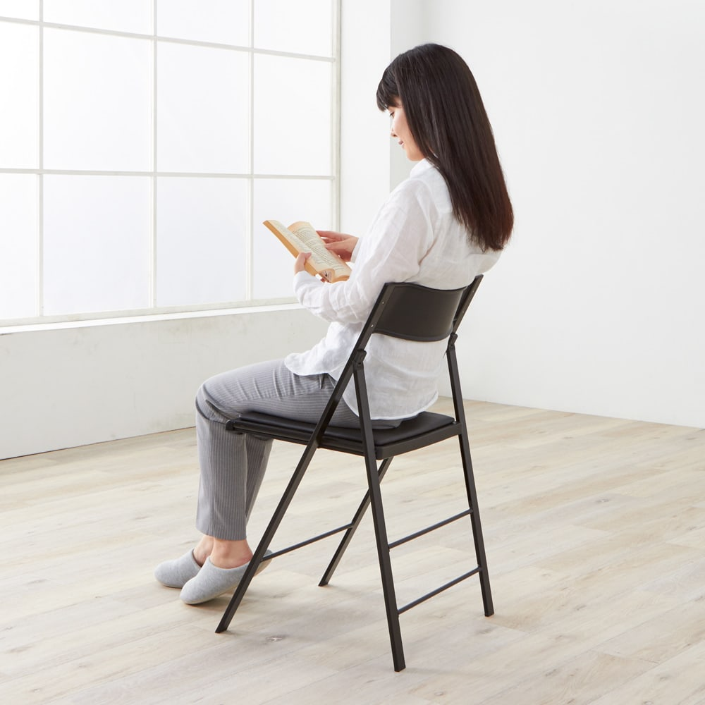 PocketCushion イタリア製フォールディングチェア クッションタイプ モデル身長157cm「背中がちょうどよい位置で支えられます。細く見えるデザインなのに、座ってみると安心感がありますね」 ※お届けの色とは異なります。