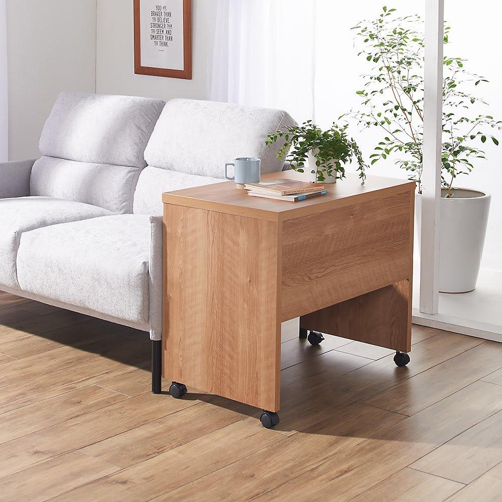 リビングテーブルワゴン 幅120cm コーディネート例(ア)ブラウン ※写真は幅75cmタイプです。 ソファの横に置いてサイドテーブルとしても使用でき、使わない時はお部屋の隅に避けておけばOK。