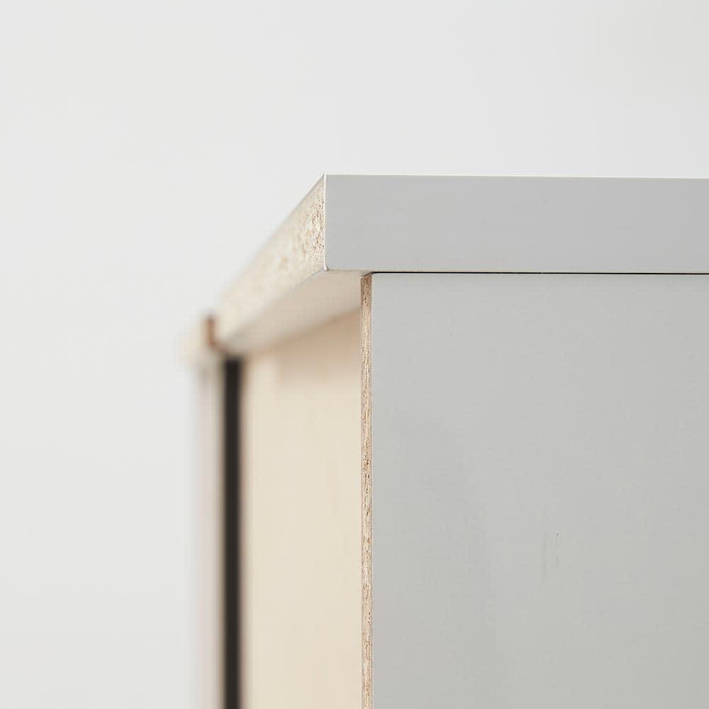 Xylo/シロ ストライプシリーズ キャビネット幅76.5cm 天板が後ろに少し出ているので、巾木のある壁でも天板を壁にピッタリつけて設置できます。