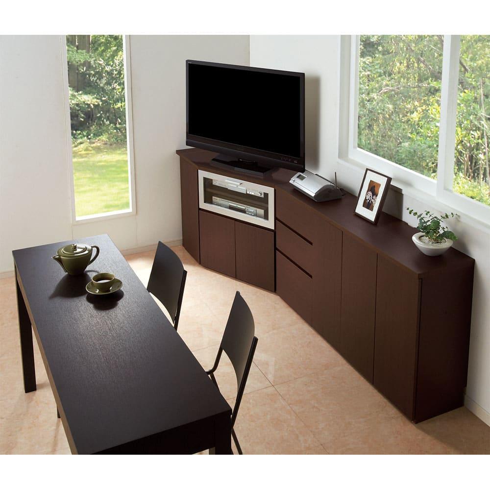 ダイニングテーブルから見やすいハイタイプテレビシリーズ 薄型キャビネット2枚扉 幅59.5cm コーディネート例。天板奥には配線用カットがあるため電化製品の設置もOK。