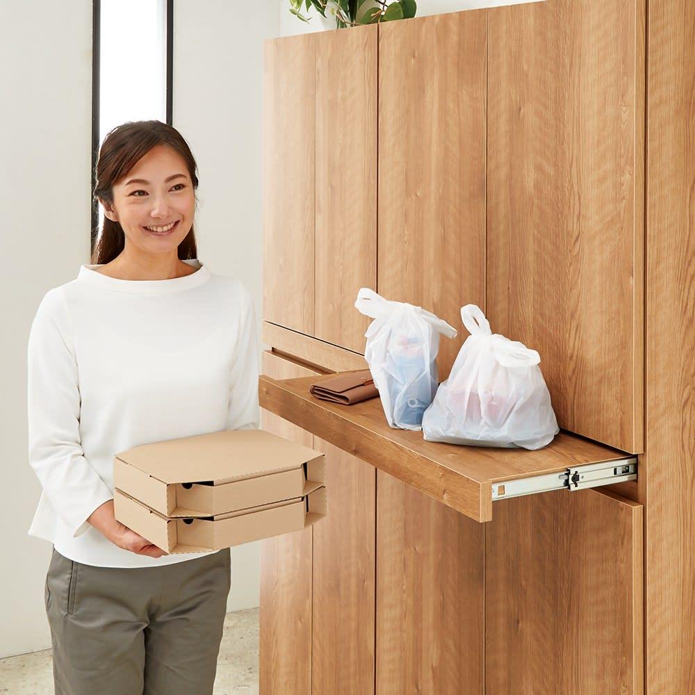 使う時だけ引き出せる!荷物のチョイ置きに便利なスライドテーブル付きシューズボックス 幅60cm高さ110cm 【デリバリーの受け取りが便利に】料理の受け取りや支払いなど、スライドテーブル上で行えます。