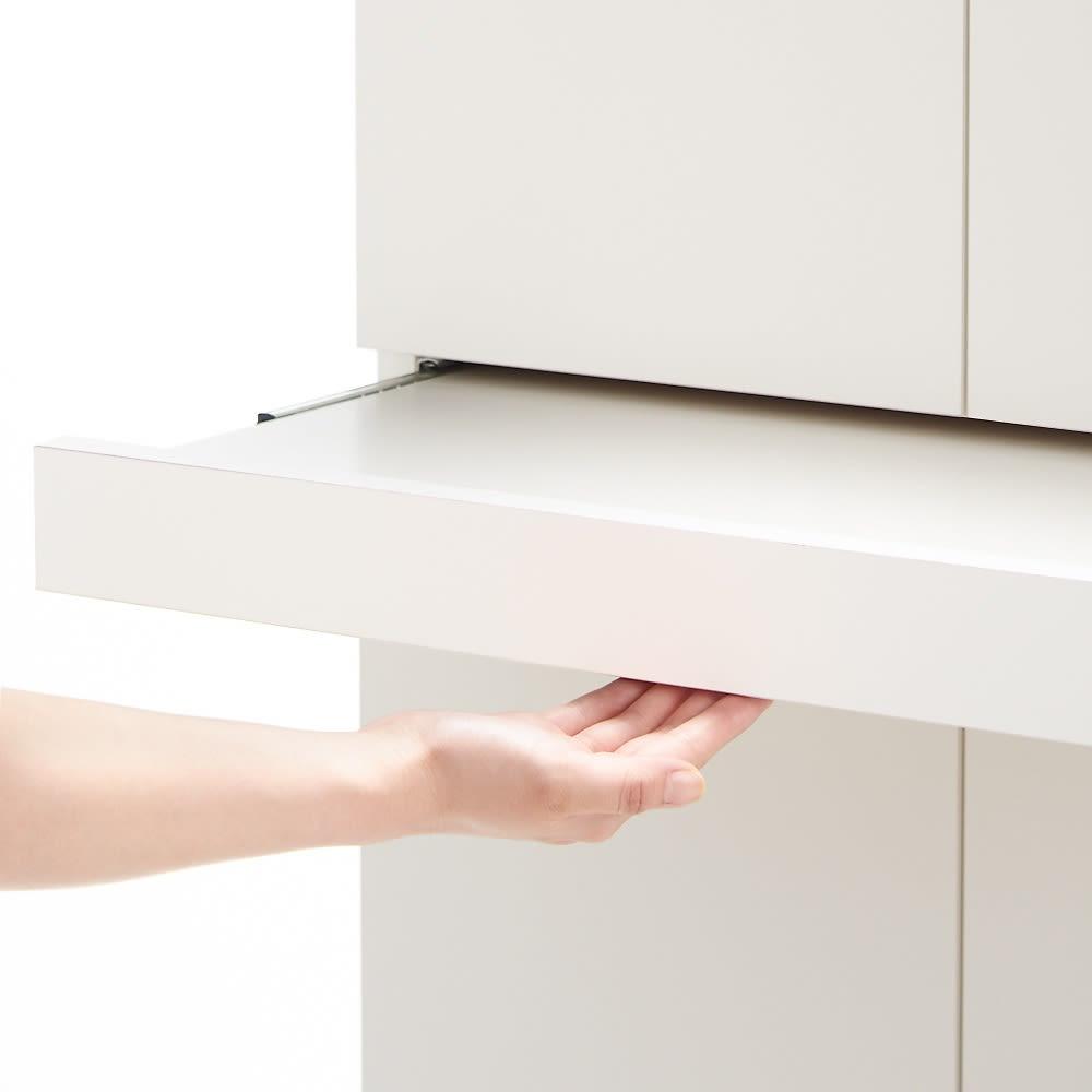 使う時だけ引き出せる!荷物のチョイ置きに便利なスライドテーブル付きシューズボックス 幅60cm高さ110cm スライドテーブルは下部のくぼみに手を掛けて引き出します。 (※写真はお届けの商品とは異なります)