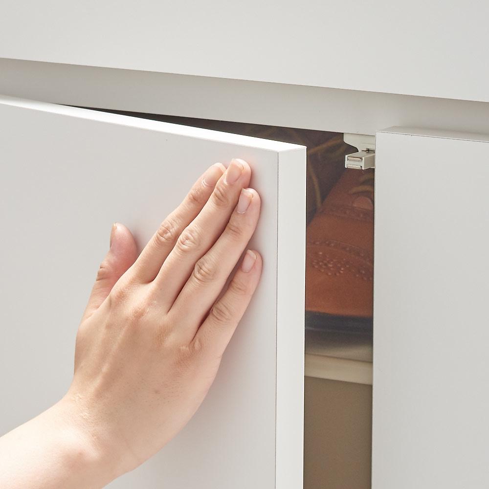 使う時だけ引き出せる!荷物のチョイ置きに便利なスライドテーブル付きシューズボックス 幅80cm高さ180cm プッシュオープン式の扉。押すと簡単に開けることができます。