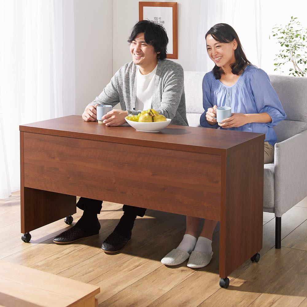 リビングテーブルワゴン 幅120cm コーディネート例(イ)ダークブラウン ソファ前に引き寄せれば、あっという間にソファが食卓に。朝食やティータイムにぴったりです。