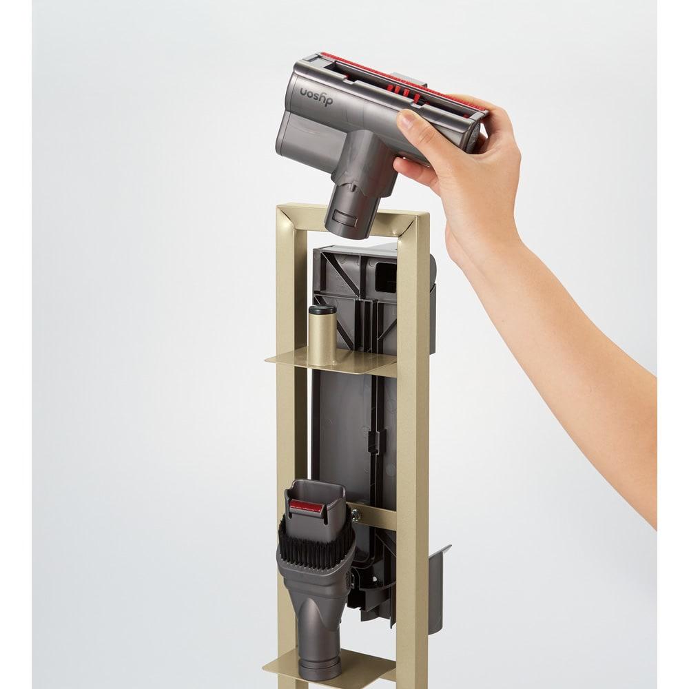 スティッククリーナースタンド プレミアムモデル セット(スタンド+収納力アップパーツ3個組)(シャンパンゴールド) 背面にアタッチメントを収納可能。最大5個まで収納できます。