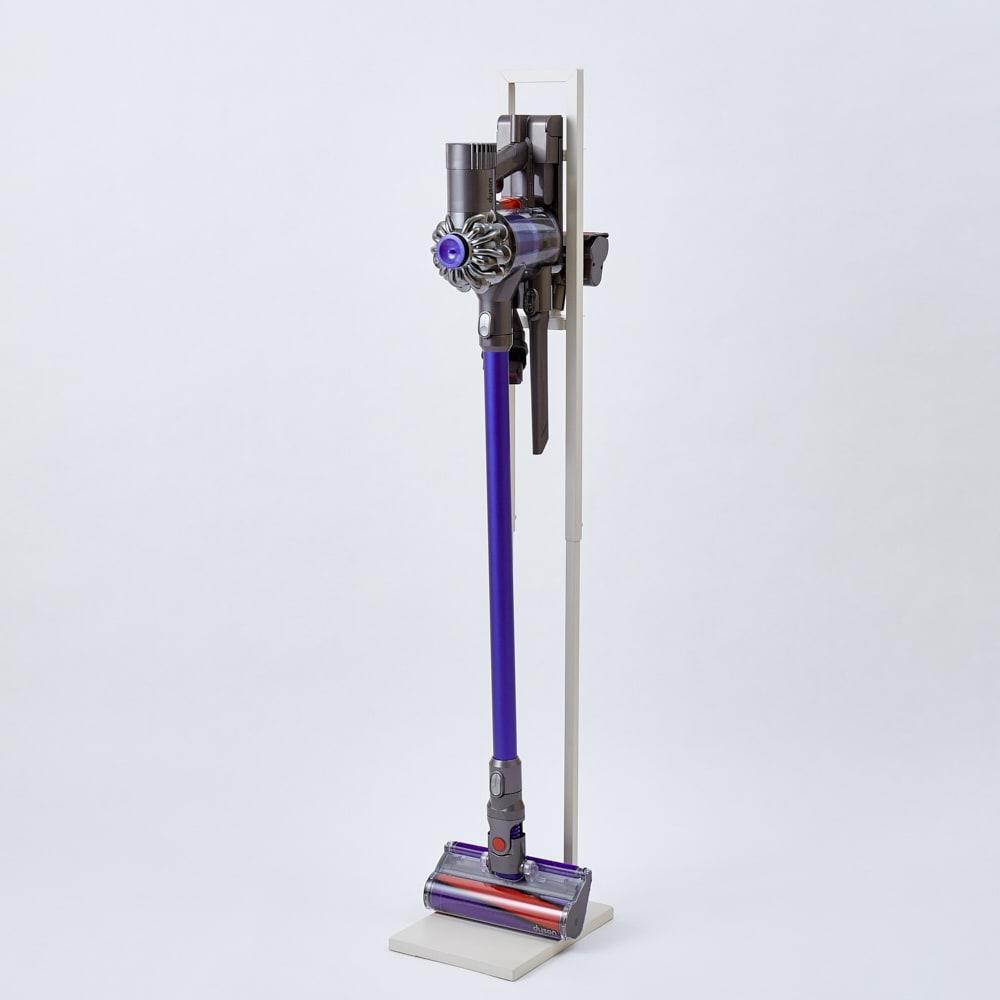 スティッククリーナースタンド(ダイソンV10モーター搭載モデル対応済) シルバー(ステンレス) 使用イメージ スタンド本体のフレーム部分は掃除機のサイズに合わせて伸縮が可能。ダイソンもヘッド部分をベースにつけない収納も可能です。(※写真のオフホワイトは取り扱いのないカラーになります)