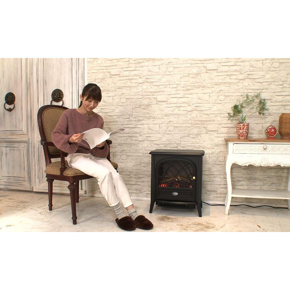 Dimplex/ディンプレックス 電気暖炉ファンヒーター リッツ2 足元が寒いダイニング下など置けば、ヒーターが下から暖めてくれます。読書など1人で過ごすスペースにもオススメです。
