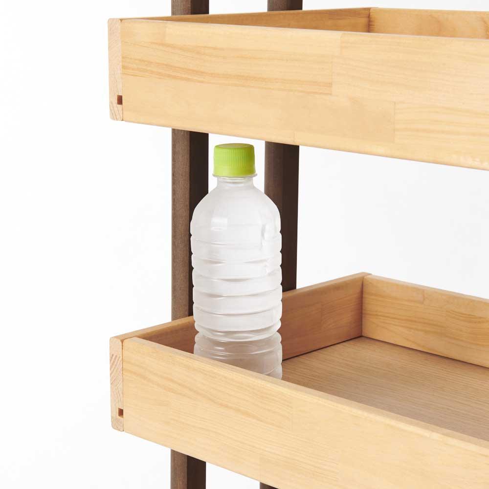 木製トローリーワゴン 棚を4段等間隔で配置した際、中央の2段には500mlのペットボトルが立てて入れることが出来ます。