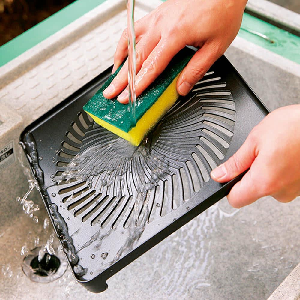イワタニ 屋外でも屋内でも使える2バーナー2グリルのカセットBBQグリル 付属のグリルプレートはお手入れもラクです。