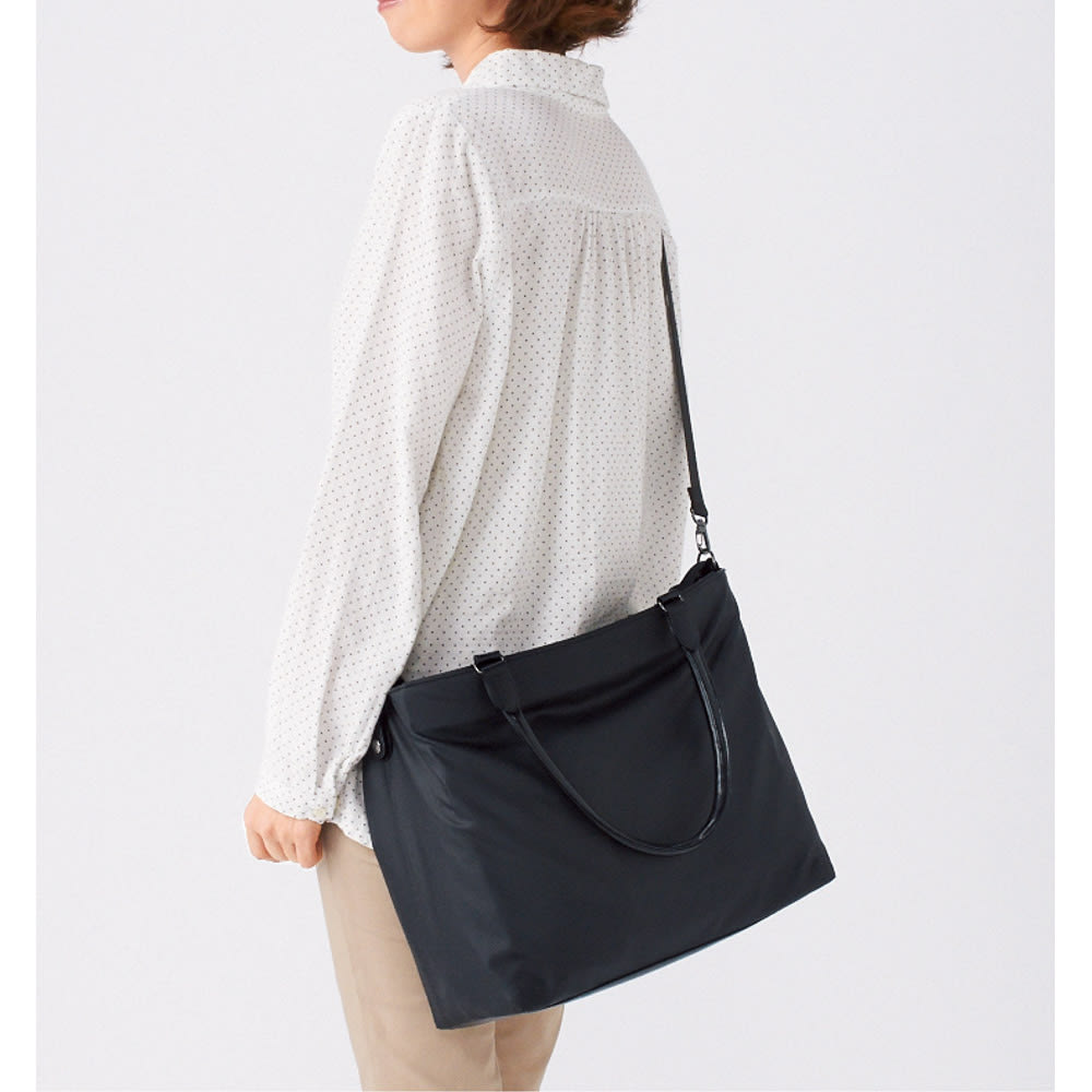 ヤマト屋 うすかるトートバッグ 取り外し可能なストラップは斜めがけもできて、ほかに手提げの荷物があるときなどにも便利。しかも斜めがけしたときは、持ち手が邪魔にならないようにパタンと倒れてくれる賢い設計。
