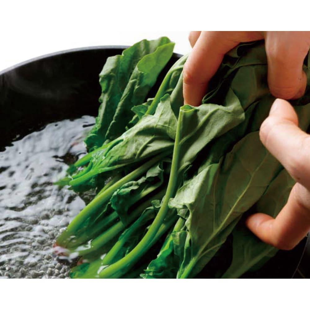 ウー・ウェンパン プラス フルセット 径24cm ガス用 小松菜 たっぷり湯が入るので、かさばる葉野菜の下ゆでもスムーズ。