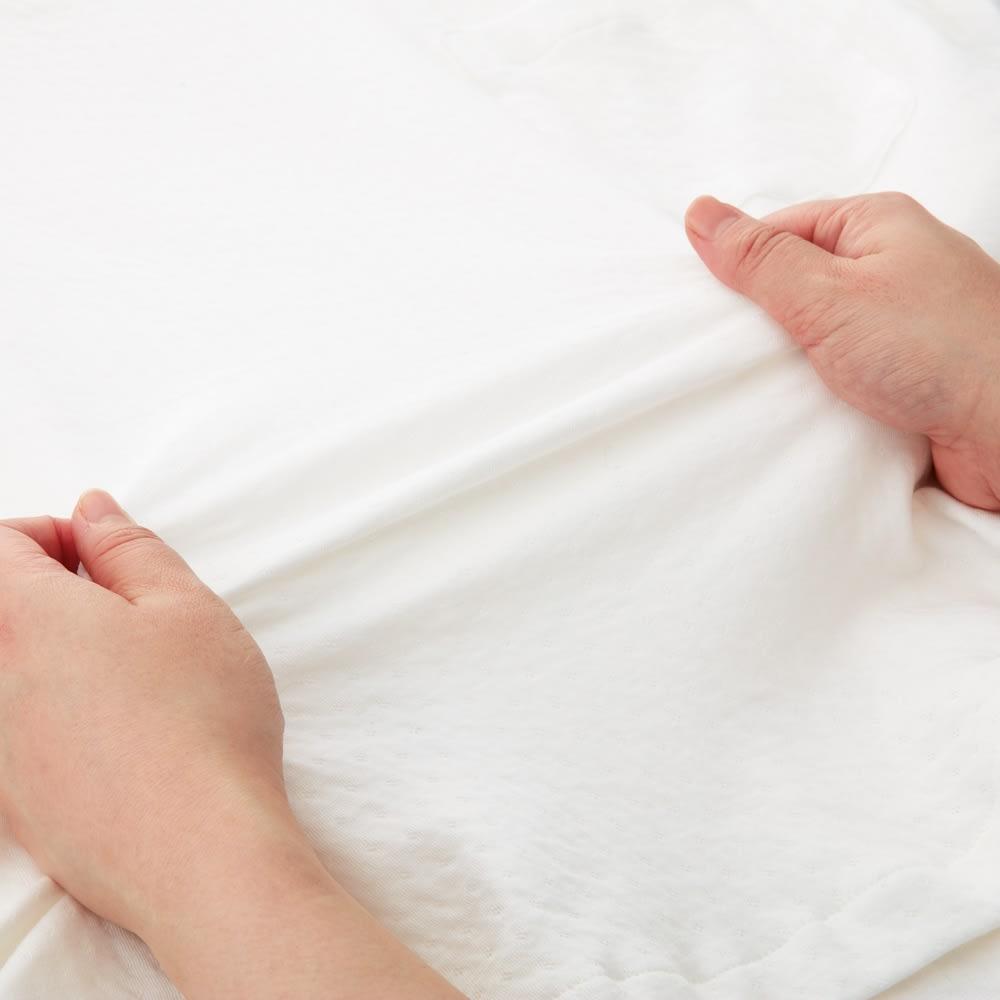 伸縮する二重ガーゼの半袖短パンパジャマ ニット素材なので綿100%でもこんなに伸縮します。