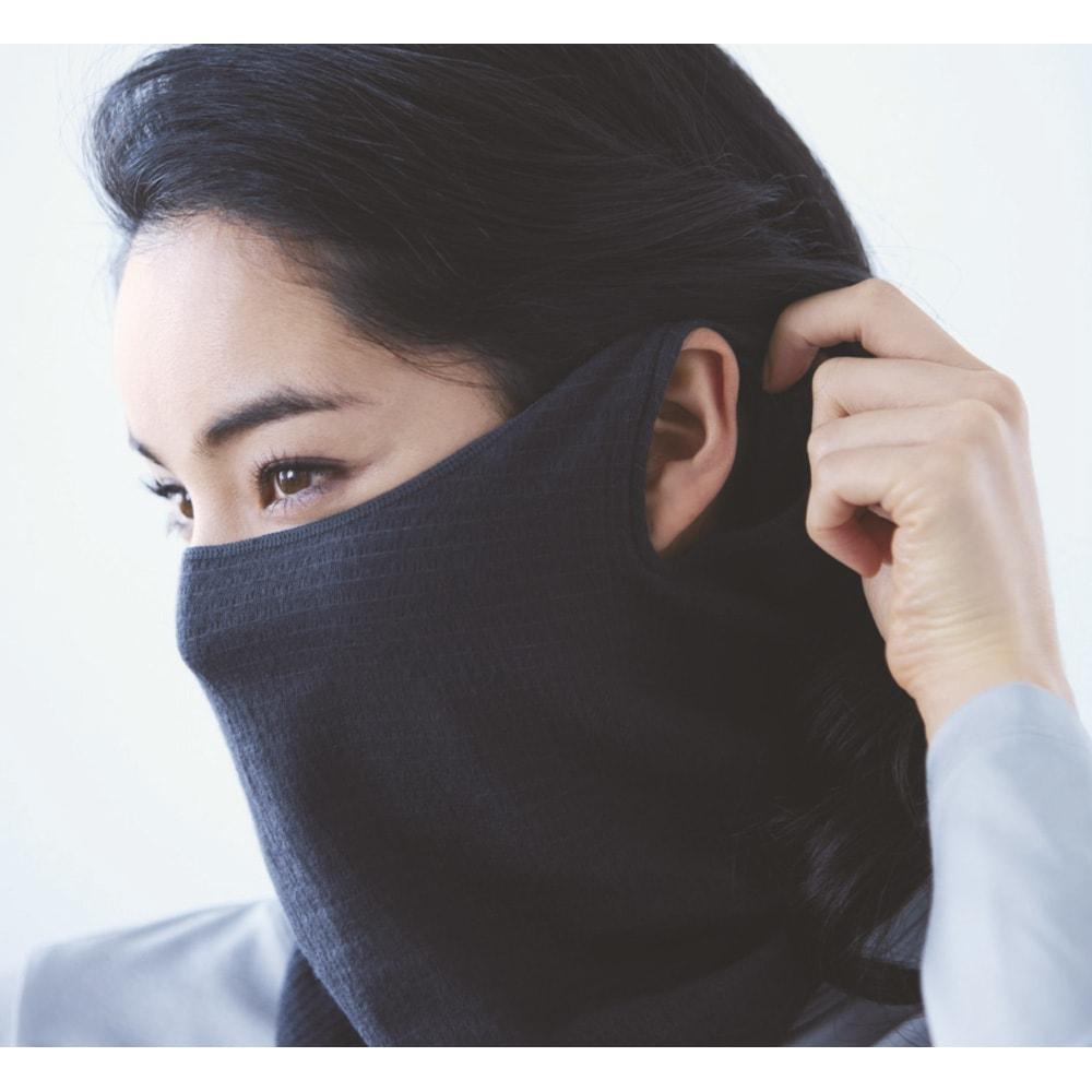シルク使用UVカットシリーズ 2WAYマスク+アームカバー マスクにするときは、両端の穴を耳にひっかけて。