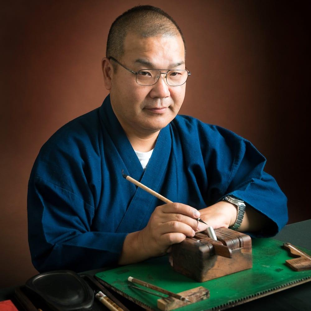 チタン印鑑 銀行印 この道29年の職人、佐野顕正。美しい仕上がりの印鑑に。