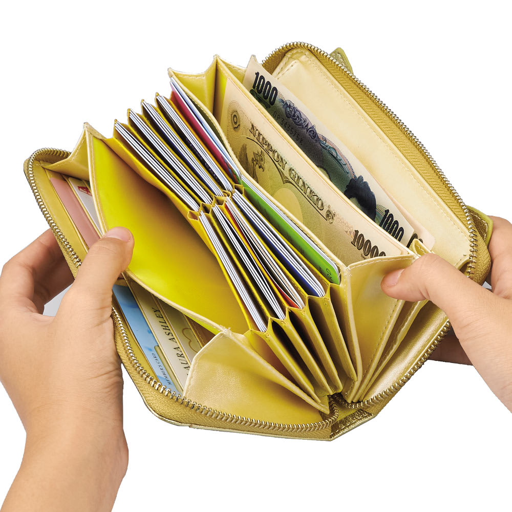 ネコのキラキラ長財布 カードなども見やすく仕分けてたっぷり収納。