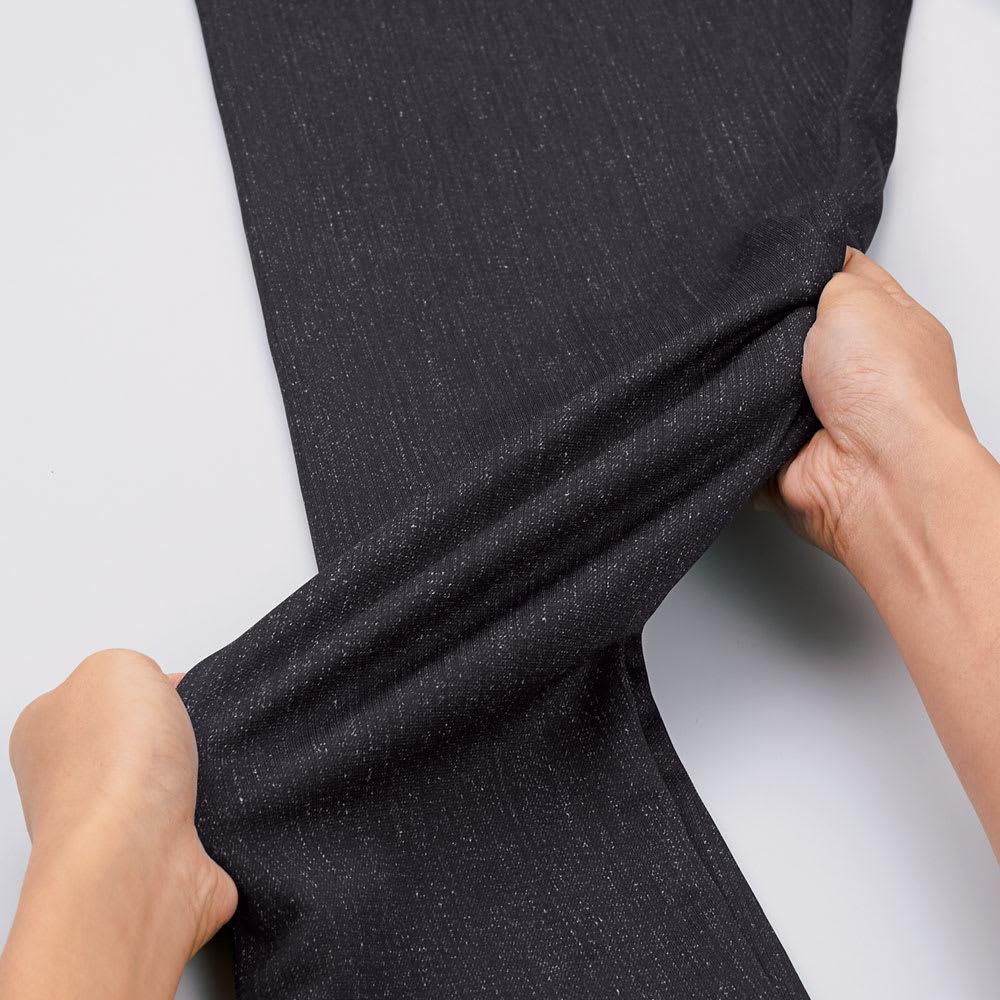 デニムプリントストレッチパンツ 軽く伸縮性に優れ、動きにフィット。しかも透けにくい。