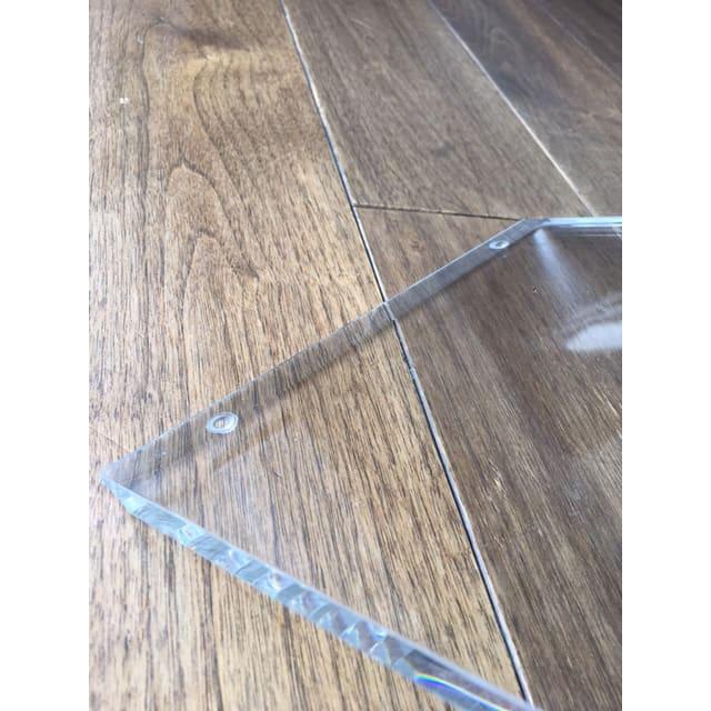アクリル製ハンディクリーナースタンド 床への接地面には4つの小さなシリコン脚を付けているので、フローリングなどを傷める心配もありません。