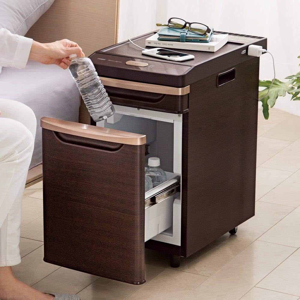 ベッドサイド冷蔵庫 (イ)ダークブラウン(木調) 美しい木目調のプリントが施されているので、寝室の雰囲気を壊さずに空間にマッチします。