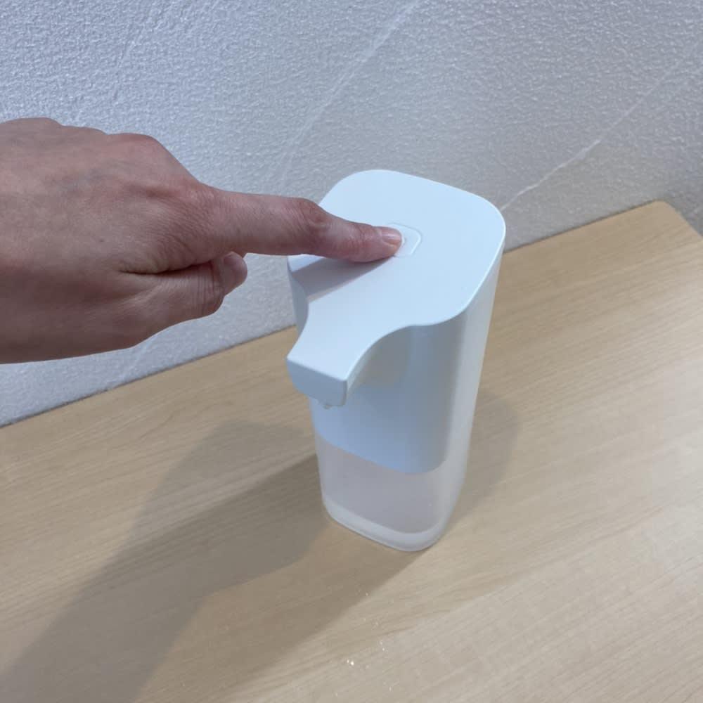 ジェルタイプも対応!アルコール消毒液オートディスペンサー 電源ボタンを押すと、ON/OFF切替えます。