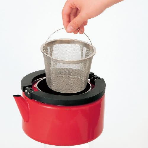 IH兼用 冷蔵庫にも入る収納便利なフラットケトル(茶こし付き) 大きなステンレス製の「茶こし」は麦茶づくりにも活躍。取り出しも簡単。