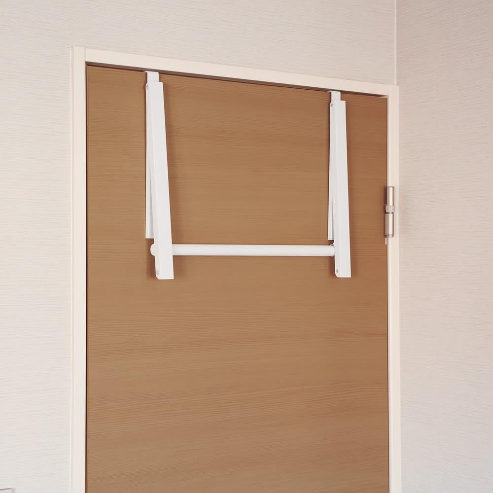 ドアスペースハンガー 2個組 不要な時は、折りたたんでスッキリと収納できます。