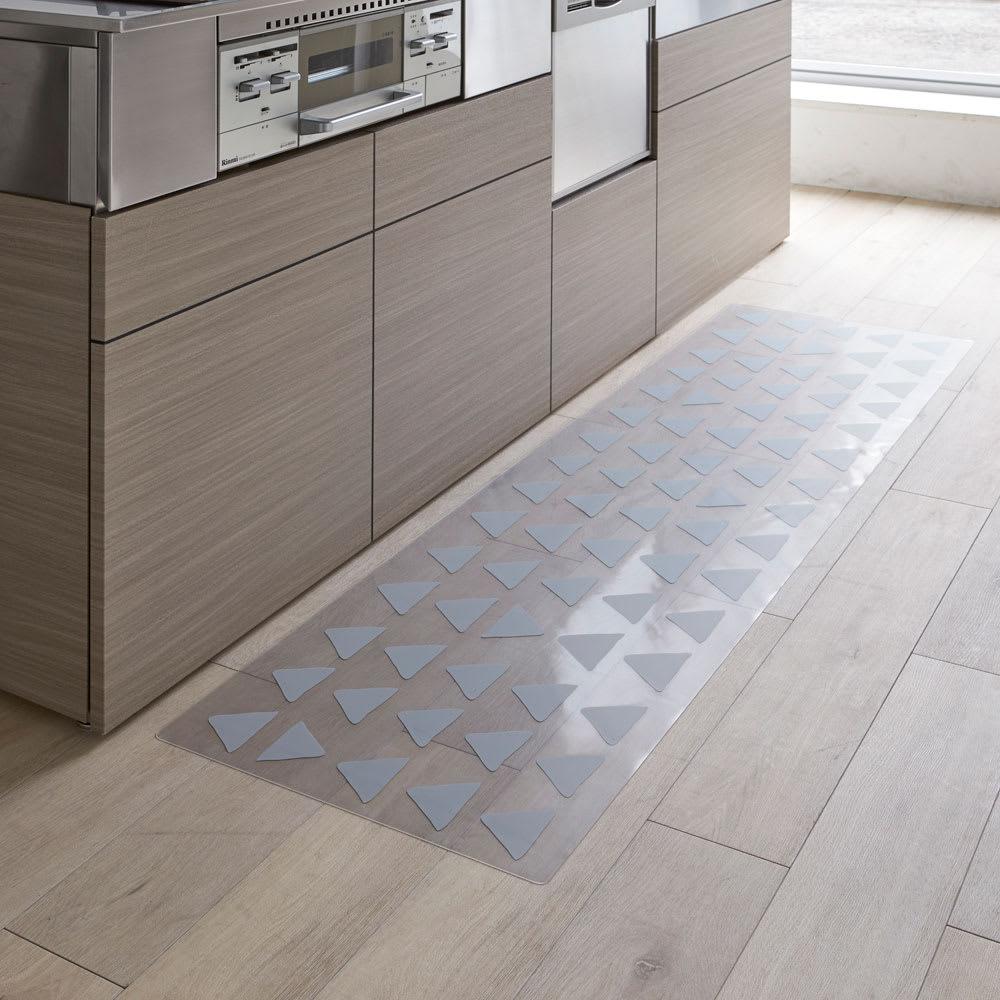 KOLMIO/コルミオ 透明キッチンマット (イ)ライトグレー 水などの汚れに強く、お手入れラクな塩ビ素材で、キッチンにぴったりです。
