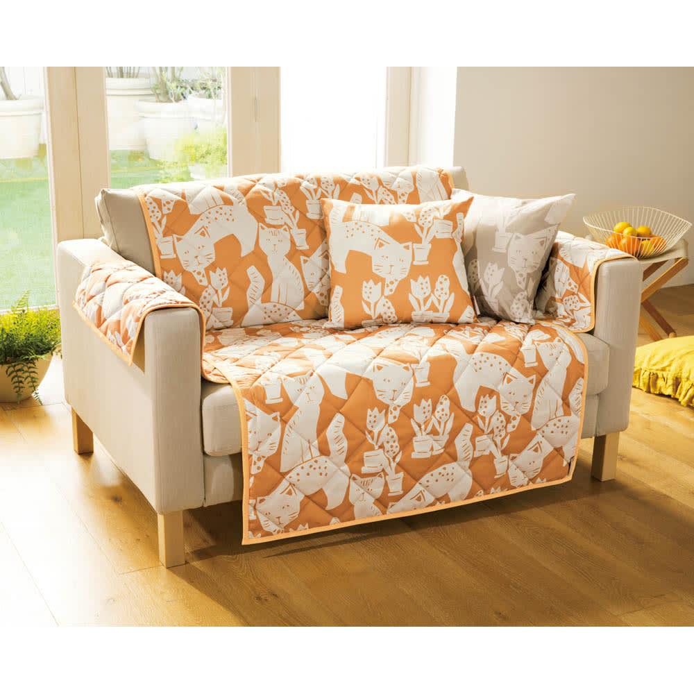 Roselleプラス テキスタイル〈マトロスキン〉ソファカバー 2.5~3人掛・アーム付き (ア)オレンジ ※写真は2人掛タイプです。 ※クッションカバーは別売です。