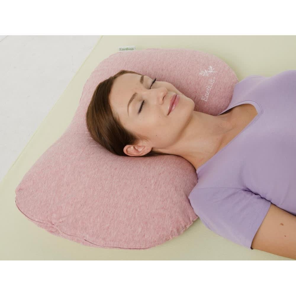 エネタンピローフェミニン(枕カバー付き) 使われる方の頭部と頸部を包み込むように形が変化し、リラックスした状態を作りだします。