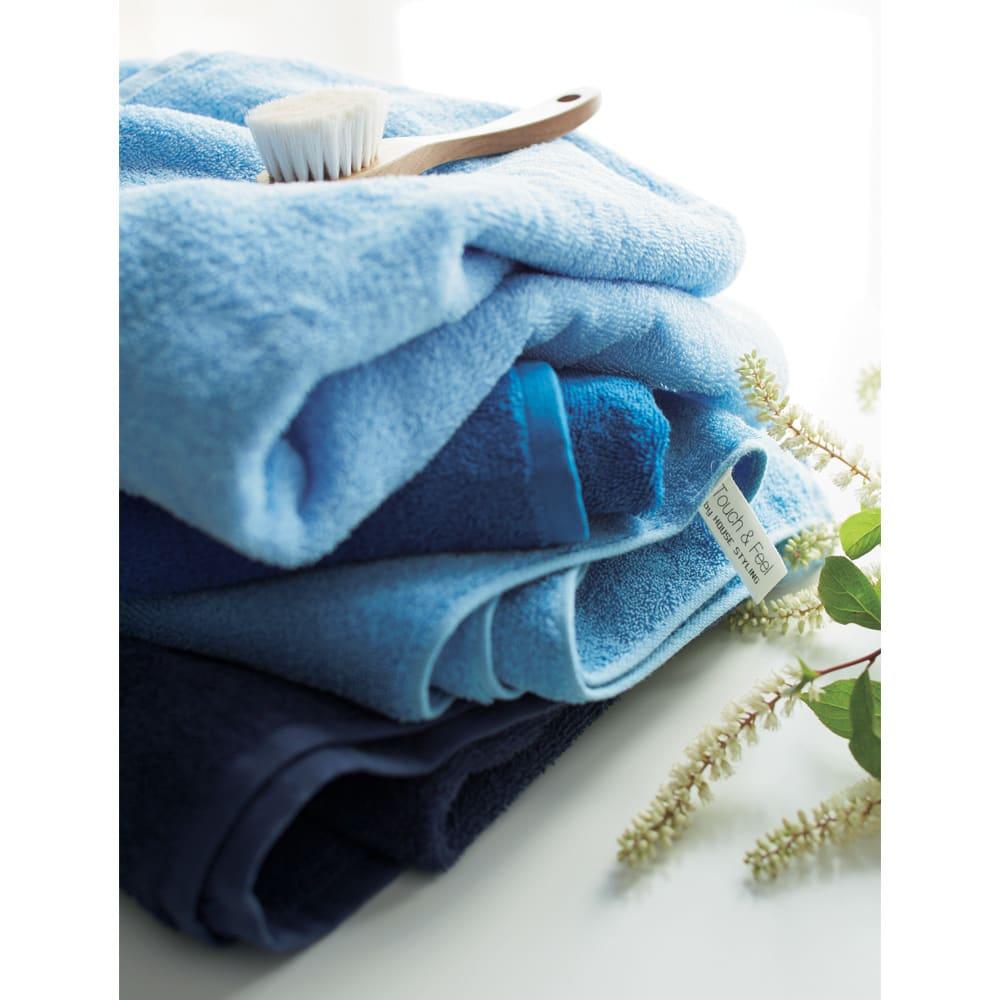 Blue on Blue(ブルーオンブルー) タオル ミニバスタオル 色が選べる2枚 上から(ア)スカイブルー、(ウ)コバルトブルー、(イ)マリンブルー、(エ)トゥルーネイビー 短めのパイルで織り上げたタオルは、毛羽落ちやほつれがしにくく長く使っても質感が変わりにくいのが特徴です。