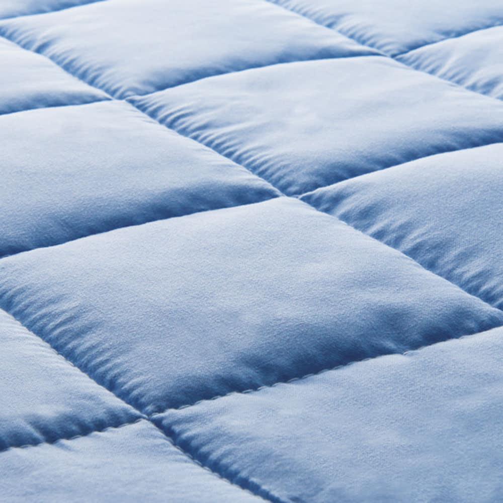除湿・軽量・寝心地にこだわった3つ折バランス硬質マットレス 厚さ12cm(2層式) 側生地は、ピーチ加工による微起毛とふっくらわたの入ったキルトで、とてもソフトな風合いです。