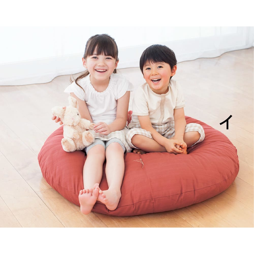 ひと休み 丸座布 小2枚組 直径1mの大サイズはマット感覚で使え、小さなお子様のお昼寝や、ペットのくつろぎスペースとしてもおすすめ。*写真は大サイズです。 つむぎ調のしっかりとした風合いの生地で包んだ、癒しの丸座布団です。和室にも洋室にも合う和モダンなデザイン。