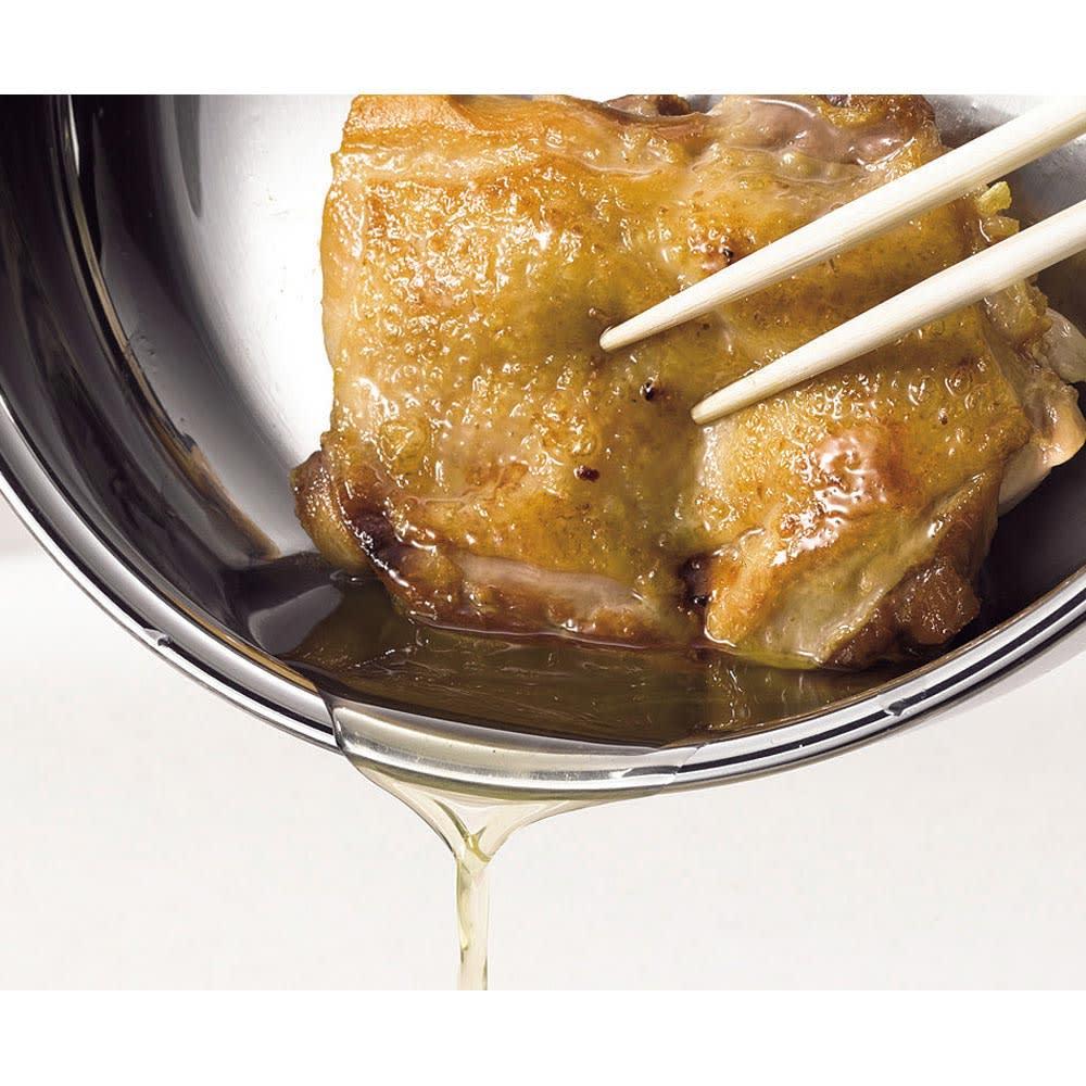 服部先生のステンレス7層構造鍋「ジオ」ステンレス7層両手鍋28cm 食材自体に油分を含んでいれば無油調理もOK。チキンを焼くとこんなに油が!