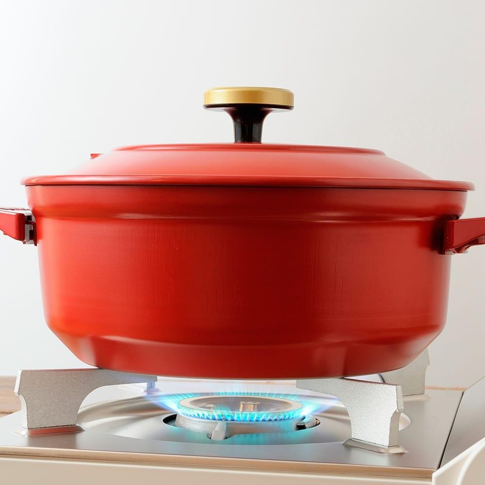 BRUNO ブルーノ グリルポット 保温~最大210℃*まで無段階調節ができる満足の火力に加え、 鍋部分は電源ベースから取り外して直火にかけることもOKの2WAY仕様。