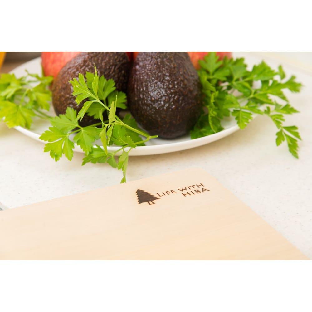 収納・乾燥に便利な自立スタンドが付いた 青森ヒバのまな板 片方に焼き印付きですので、野菜や肉など食材によって表・裏を使い分けられます。
