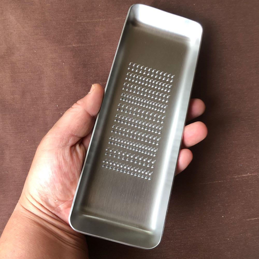EAトCO/イイトコ Oros L grater オロス グレーターL 片手で持って、おろすことも。