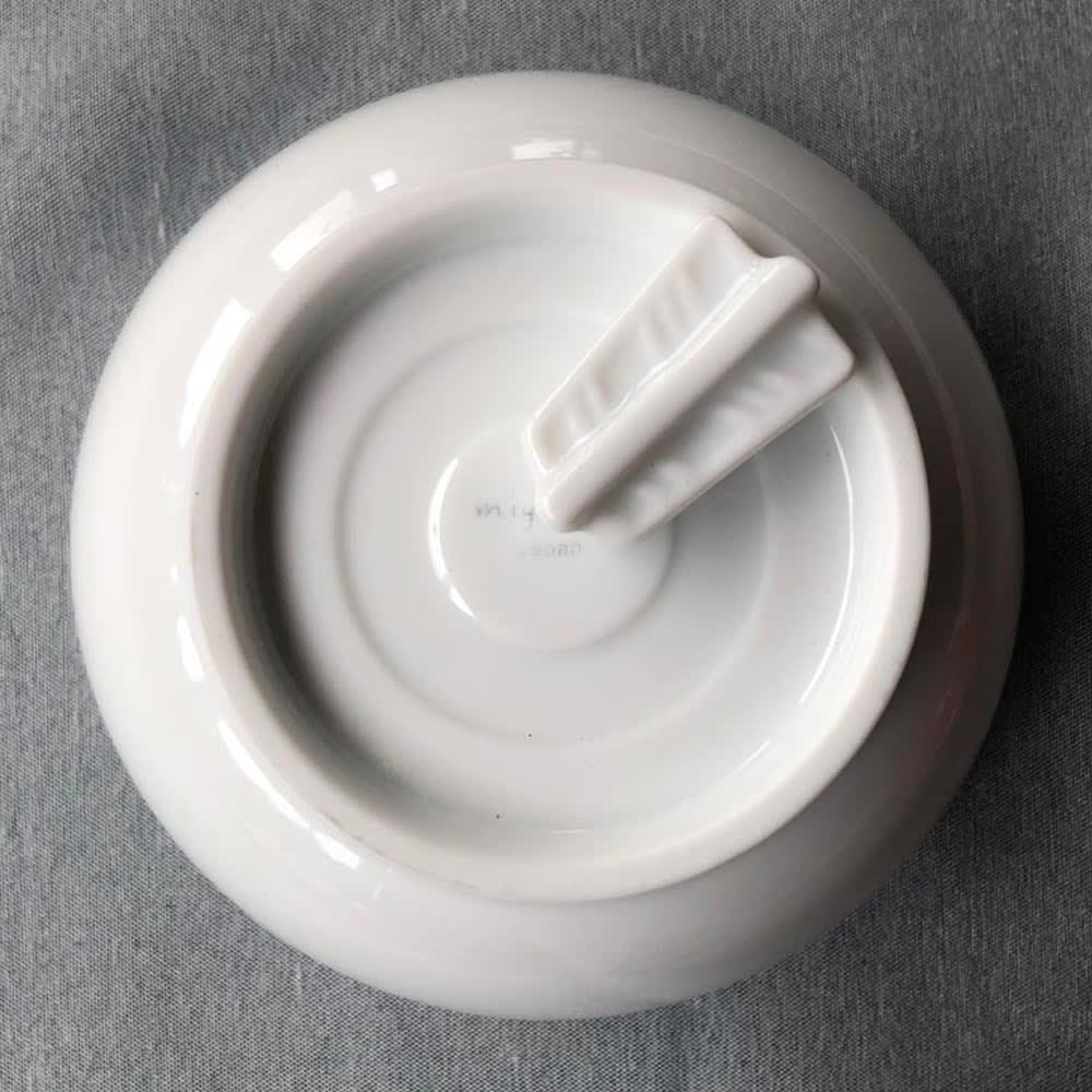 あたり飯碗紅白揃2色4点セット お碗の裏側は「的」のデザイン。箸置きを置くと、商売繁盛や諸願成就で縁起の良い「当り矢」が現れます。
