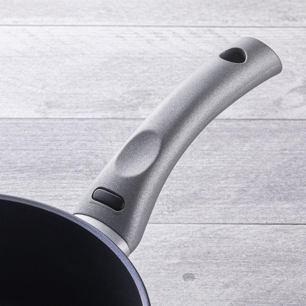 イタリア製 TVS mito 片手鍋 18cm 温まるとサーモマークが緑色に変化します。