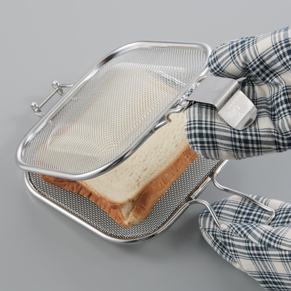 トースターや魚焼きグリルで ホットサンド グリルホットサンドメッシュ 焼き上がりの取り出しには、ミトンを使って。