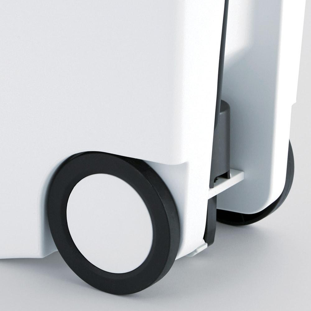 simplehuman/シンプルヒューマン スリムステップダストボックス 40L 大型キャスターはデザインのアクセントにもなりおしゃれ。