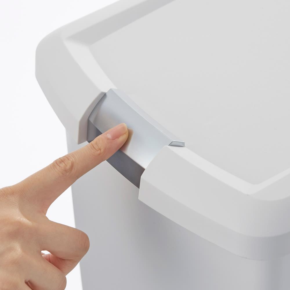 simplehuman/シンプルヒューマン スリムステップダストボックス 40L ふたはスライドロック付きで、転倒してもゴミが散らばる心配がありません。
