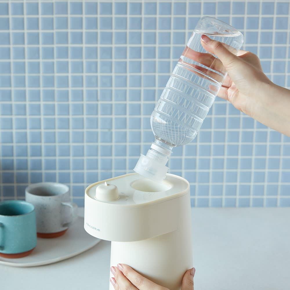 recolte/レコルト 2秒でお湯が出る!ホットウォーターサーバー 市販のペットボトルに[専用キャップ]を取り付け、[本体]の[ボトル挿入口]に差し込むだけ。