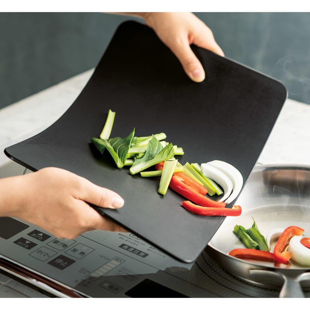 包丁メーカーが作った抗菌まな板 1枚 軽く曲げて、切った食材をそのまま移し替え。