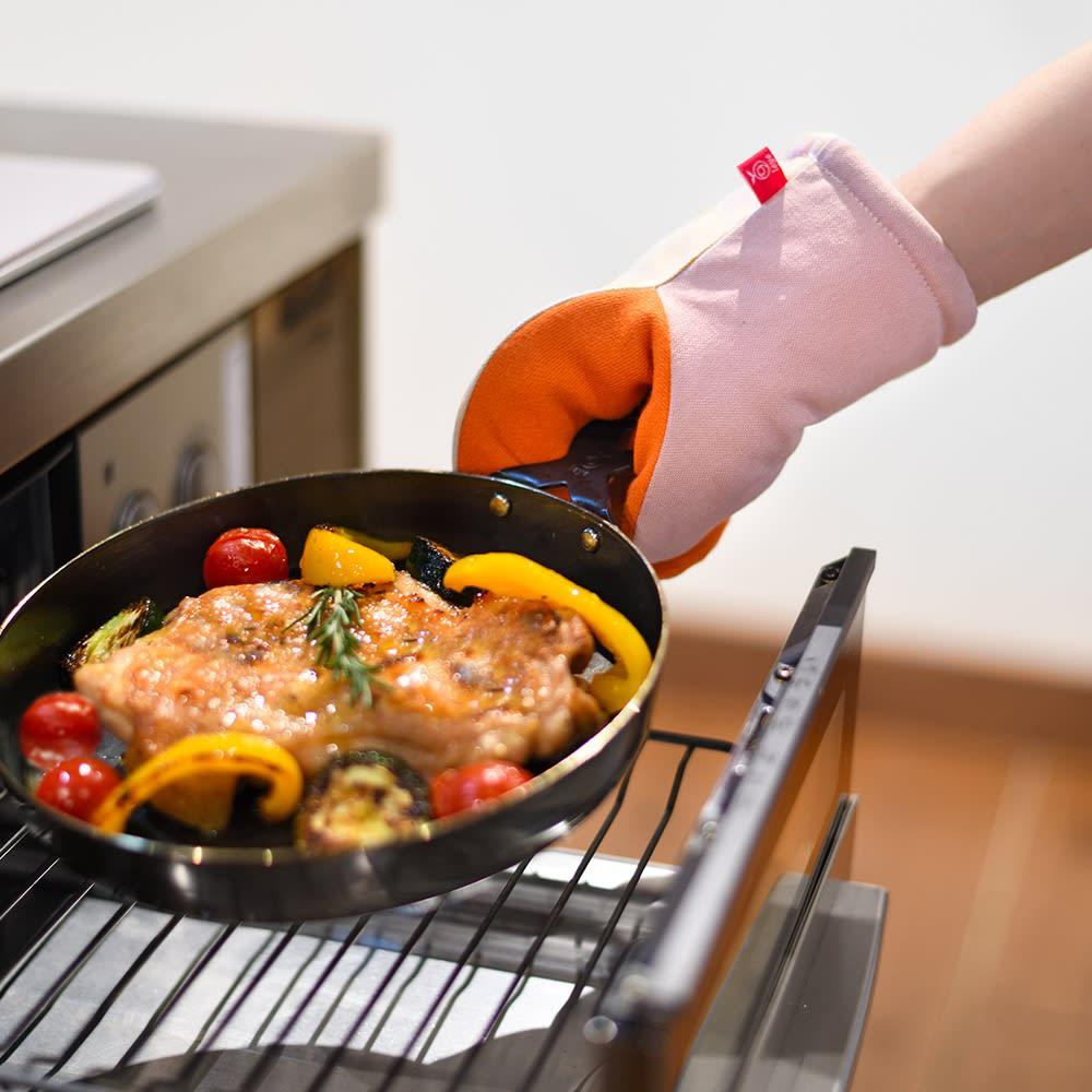 アツアツ料理の熱から手を守る、グッとつかめる耐熱ミトン 300℃以上になる魚焼きグリルでも安心して使える断熱性能です。