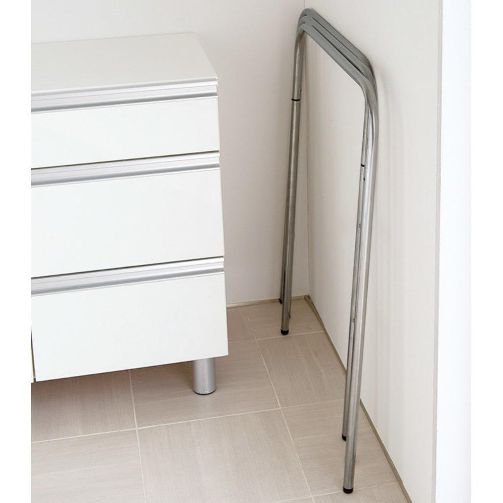 コンパクト設計ステンレス製バスタオルハンガー 3連 軽くて使い勝手がよく、折り畳むと薄くなるので場所をとらずに収納できます。