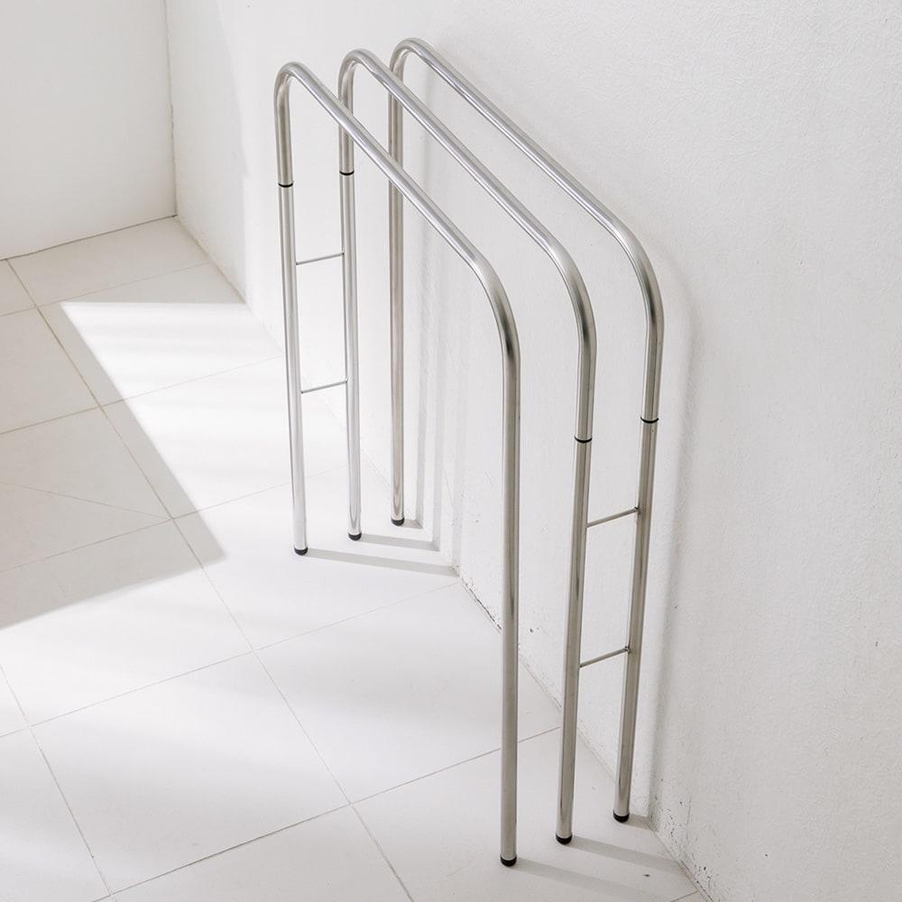 コンパクト設計ステンレス製バスタオルハンガー 3連 折り畳むと薄くなり、省スペースで収納できるので狭い脱衣所でも使いやすい。