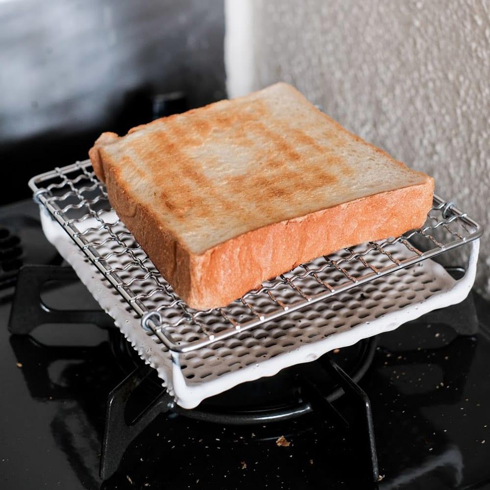 ふっくらおいしくパンを焼く セラミック焼網 小サイズ 3.待つこと2分弱。綺麗な焼き色が。